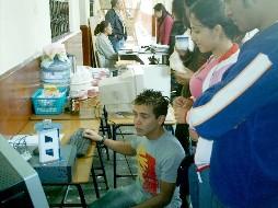 Alumnos de un curso de electrónica preparándose para presentar su proyecto