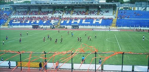 Partido de fútbol en el Estadio Nacional Mateo Flores