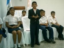 Niño presidente y funcionarios escolares
